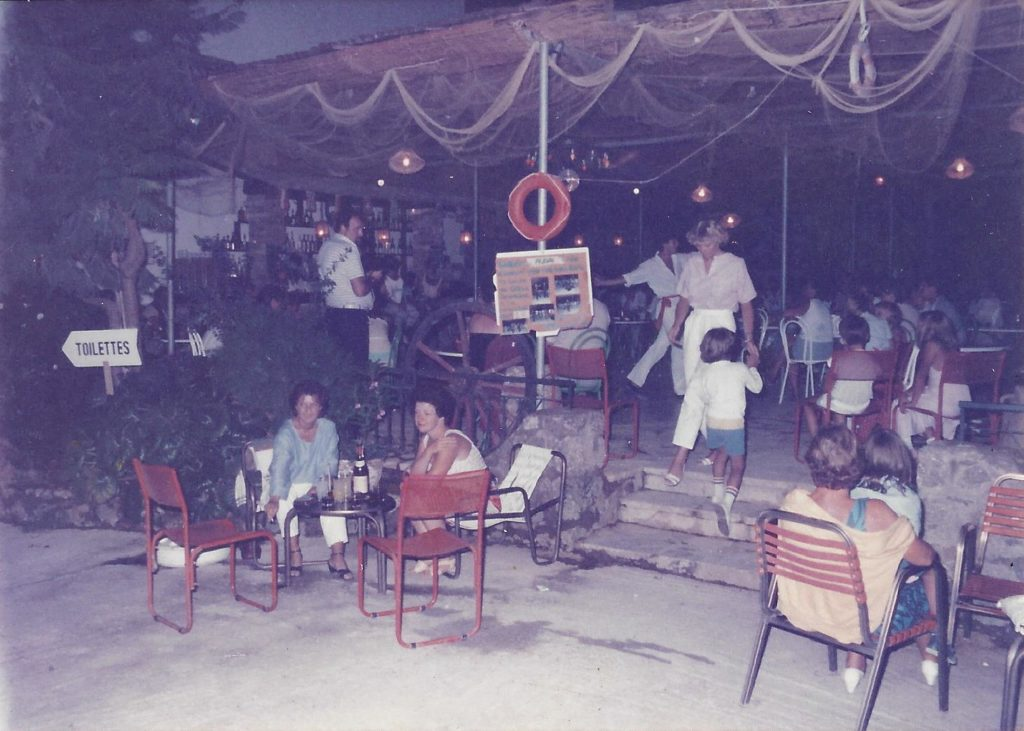 Ete 1985 – Le bar et le snack bar de l' hotel Iliada Beach.