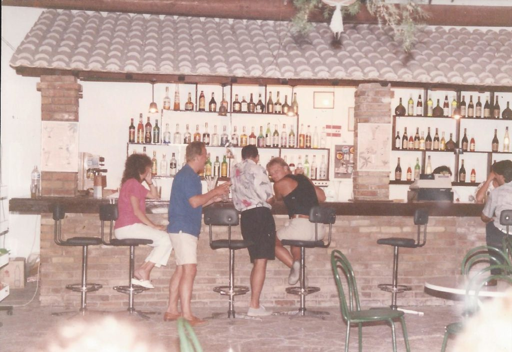 Ete 1989 – Le bar et snack bar de l' hotel Iliada Beach.
