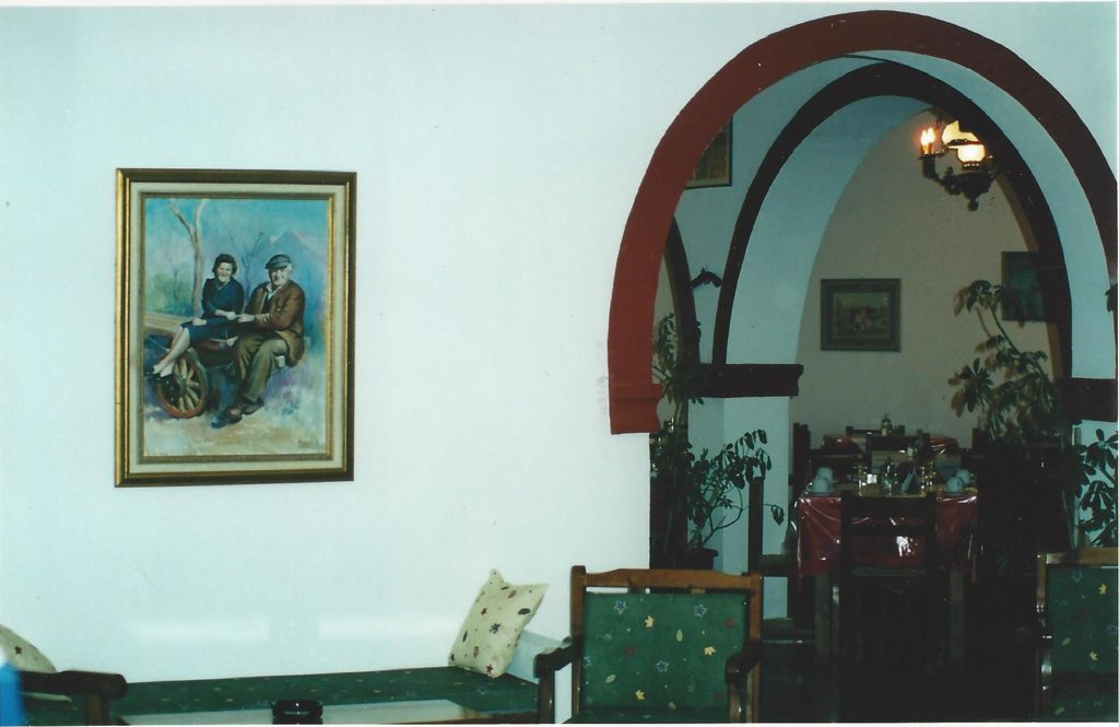 Ete 1998 –Le salon de la reception de l' hotel Iliada Beach. Le tableau du grand-pere et de la grand-mere au fond.