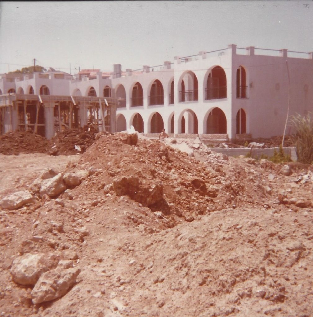 Hiver 1983 – Construction du batiment de la reception et du restaurant. En meme temps construction du second batiment de l' hotel Iliada Beach.